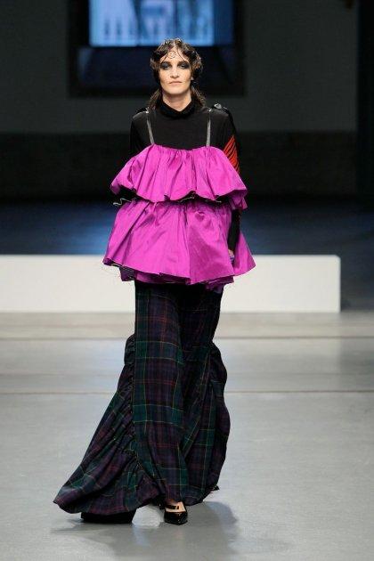 Anitta usa mochila da coleção 'Fashion Kills' da Moschino, à