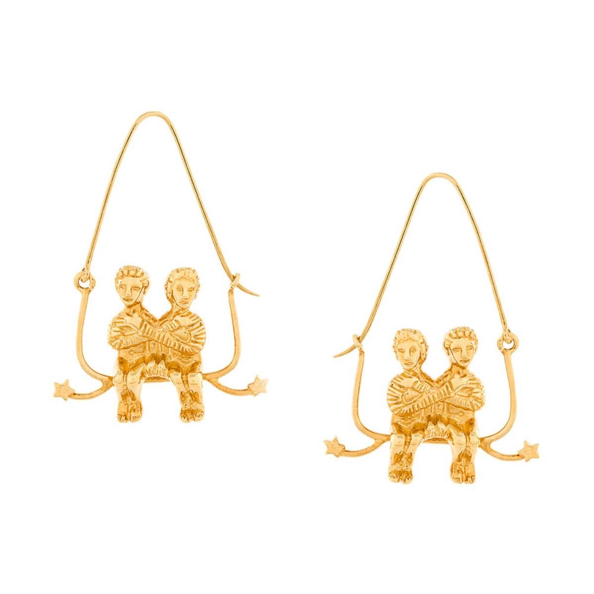 Brincos em latão dourado, € 450, Givenchy, Farfetch.com