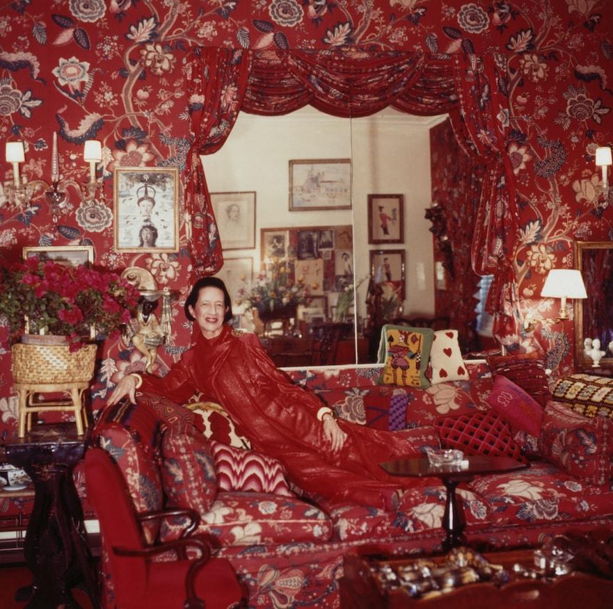 Diana Vreeland na sua sala, que chamava de Jardim do Inferno, em 1979, fotografada por Horst P. Horst © Condé Nast Archive