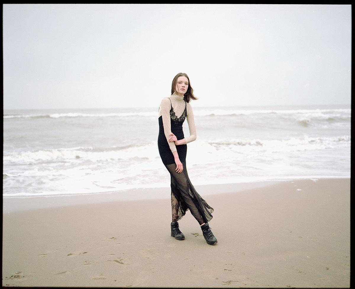 Vestido com gola alta, Marina Hoermanseder. Vestido, Dolce & Gabbana. Sapatos, Buffalo.