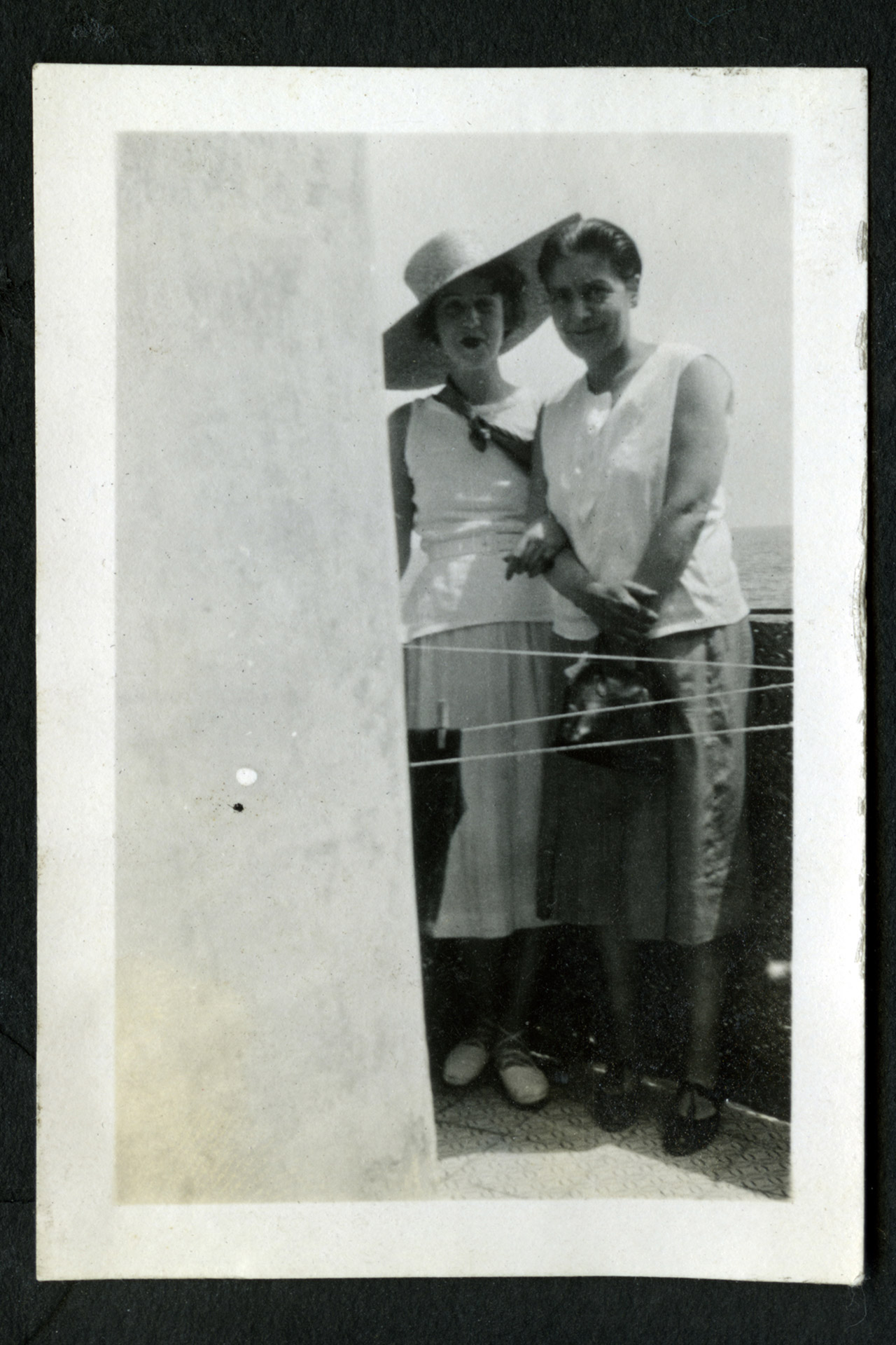 Dorothy Todd (à direita) e Madge Garland (à esquerda) © Madge Garland archive, Royal College of Art Special Collections