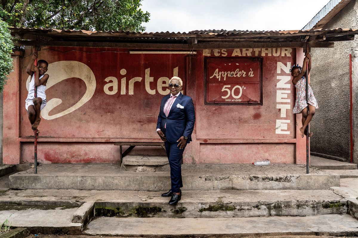 Ella Kiadi, 44-year-old businesswoman and sapeuse for 8 years, in Brazza- ville, 2019 © Tariq Zaidi