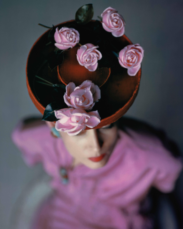 3d56ea589f Modelo com chapéu em veludo e rosas aplicadas, fotografada para a Vogue  americana em 1944