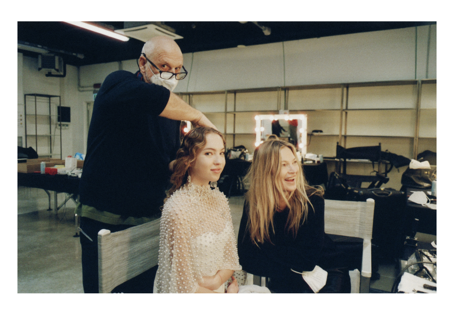 BTS com Lila e Kate Moss e o hairstylist Sam McKnight.