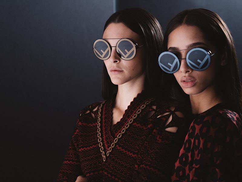 357fdbe72 De inspiração nos anos 70, os óculos de sol da coleção Run Away são  redondos, grandes e estão disponíveis em várias cores, desde o vermelho e  preto ao rosa, ...