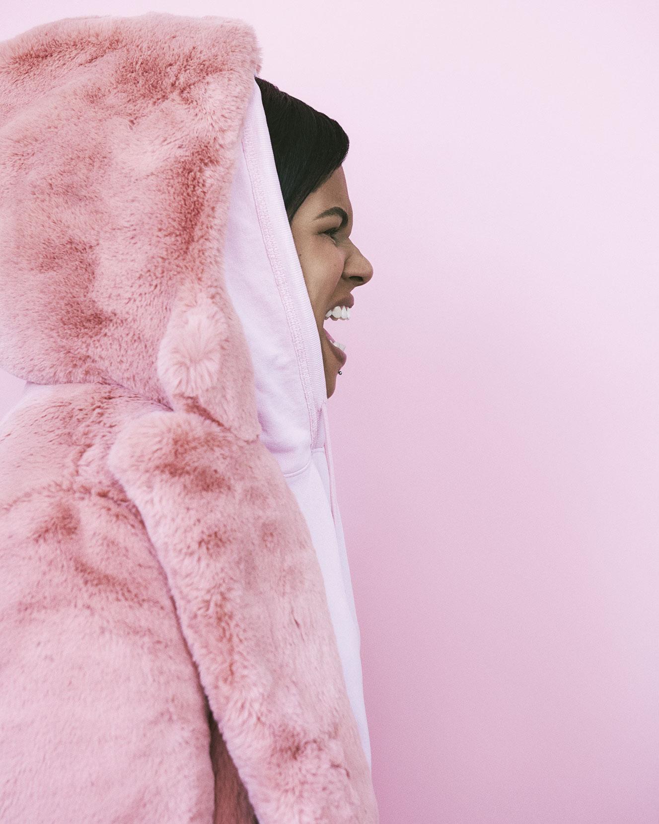 Casaco em pelo, Burberry. Camisola em algodão, Zara.
